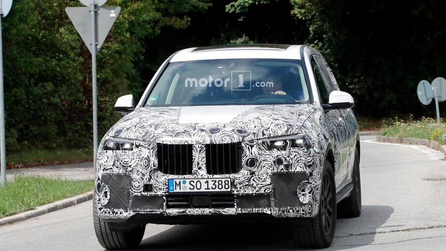 BMW X7 de üretim farlarıyla görüldü