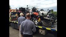 Motos chegam batidas e empilhadas após entrega de transportadora - veja fotos