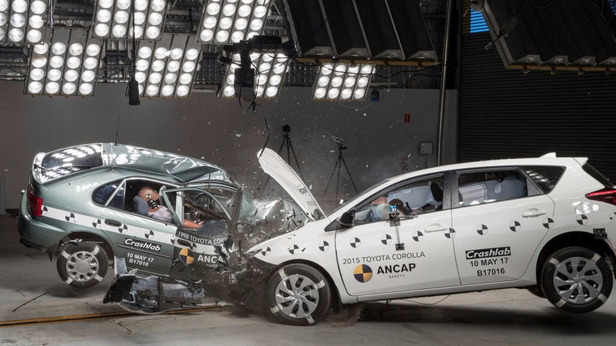 Crash test entre Toyota Corolla 1998 e 2015 feito pela ANCAP