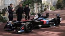 Prince Albert II Venturi Formula E aracını saray çevresinde sürüyor