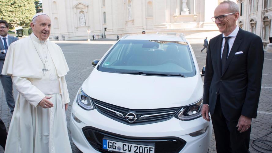 Le pape roule en Opel Ampera-e !