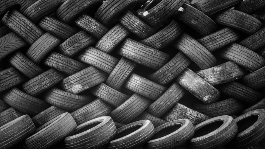 Hétszázmilliós csalással gyanúsítanak egy gumiabronccsal kereskedő céget