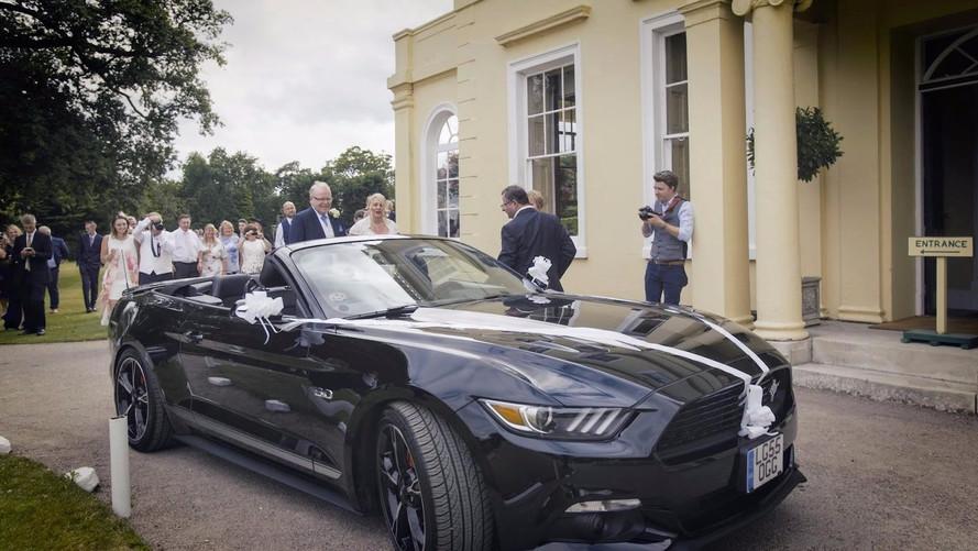 La Ford Mustang et les mariés