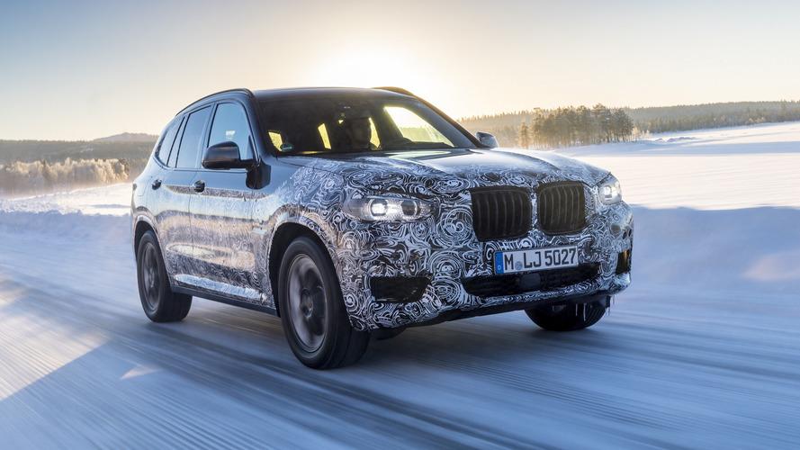 BMW X3 2018 posa ainda camuflado em ensaio na neve