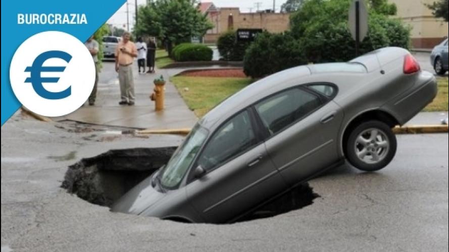 Danni da buca all'auto, quando e come fare causa al Comune