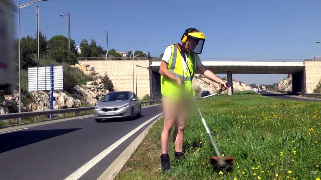french prankster gets naked for roadside stunts. Black Bedroom Furniture Sets. Home Design Ideas