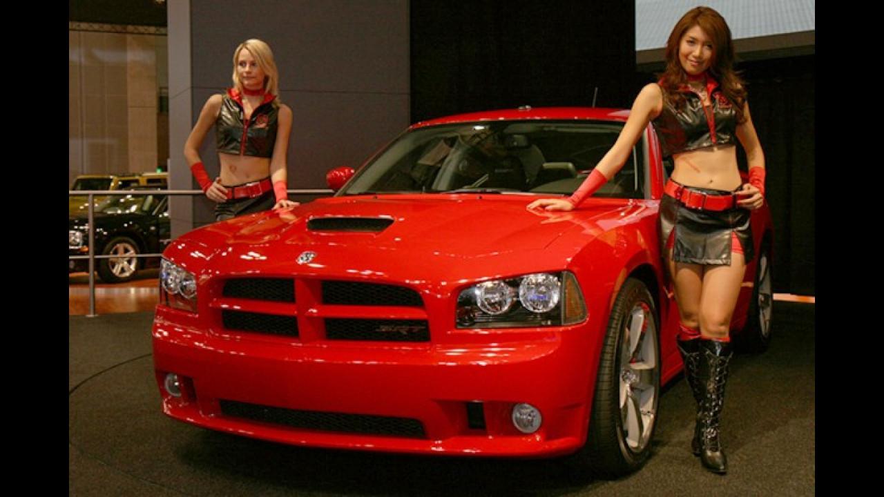 In Begleitung dieser Damen ist der Dodge Charger schon ganz rot geworden