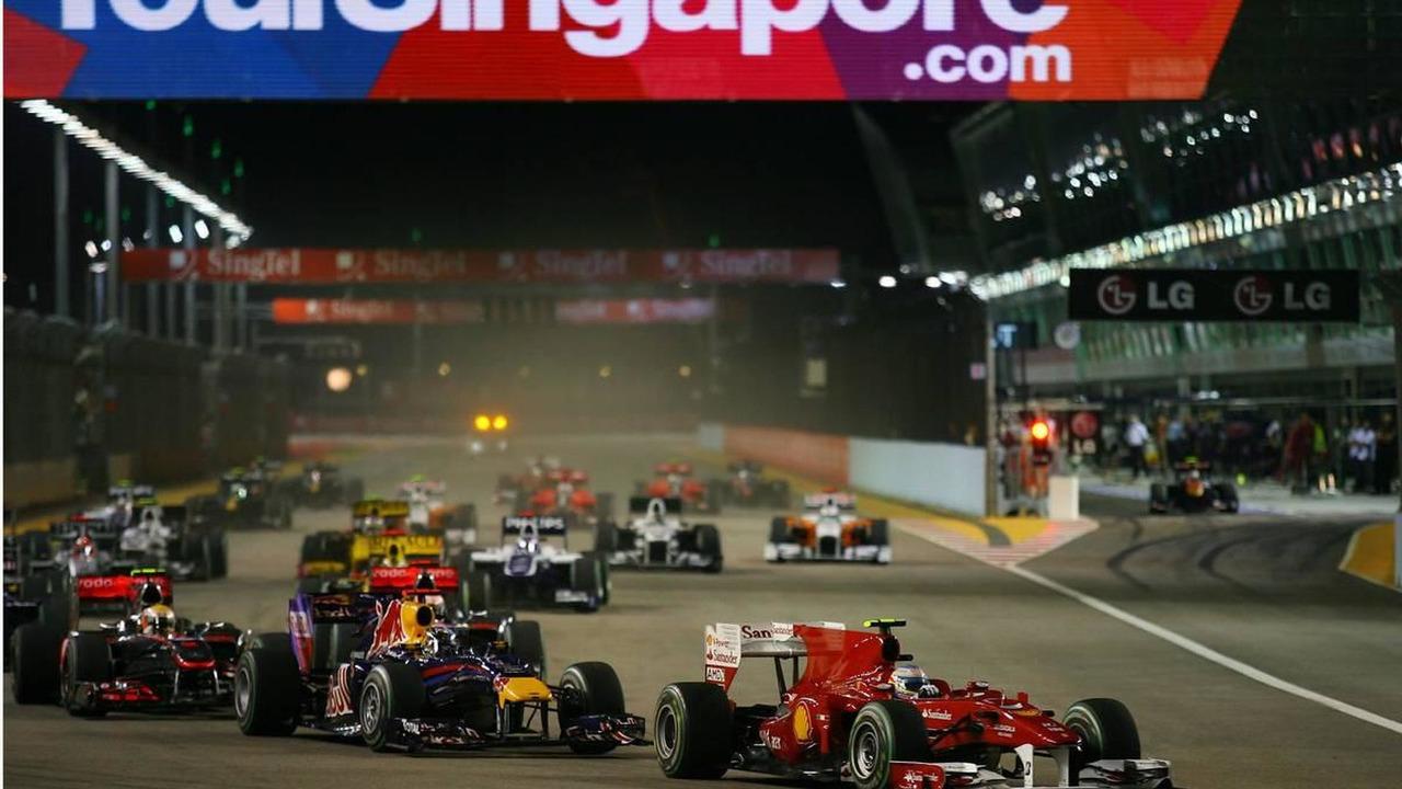 Fernando Alonso (ESP), Scuderia Ferrari leads the start of the race - Formula 1 World Championship, Rd 15, Singapore Grand Prix, 26.09.2010