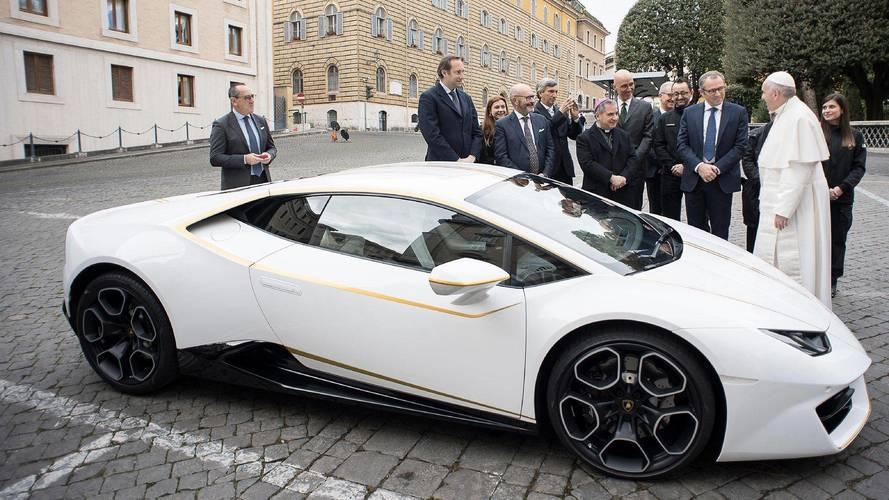 Őrült összegért kelt el Ferenc pápa Lamborghinije