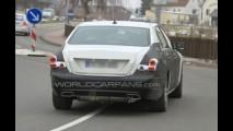 Top de linha: Próxima geração do Mercedes Classe S é flagrada com disfarces