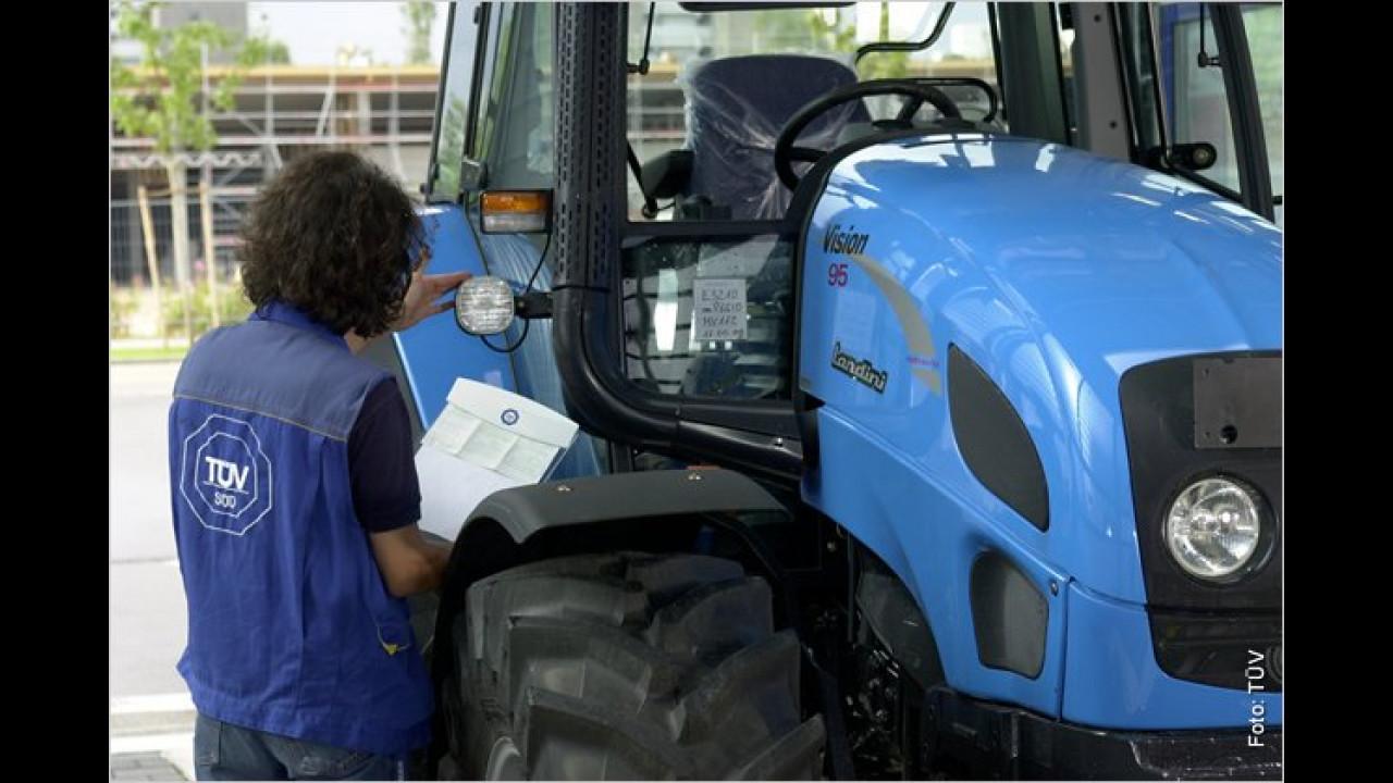 Bei einem Traktor funktioniert die Hupe nicht. Dazu der Landwirt: ,Ja mei, ich kann ja schreien, ist eh alles offen, da hört man mich schon