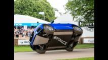 Vídeo: após entrar para o Guinness, Jaguar F-Pace anda sobre duas rodas