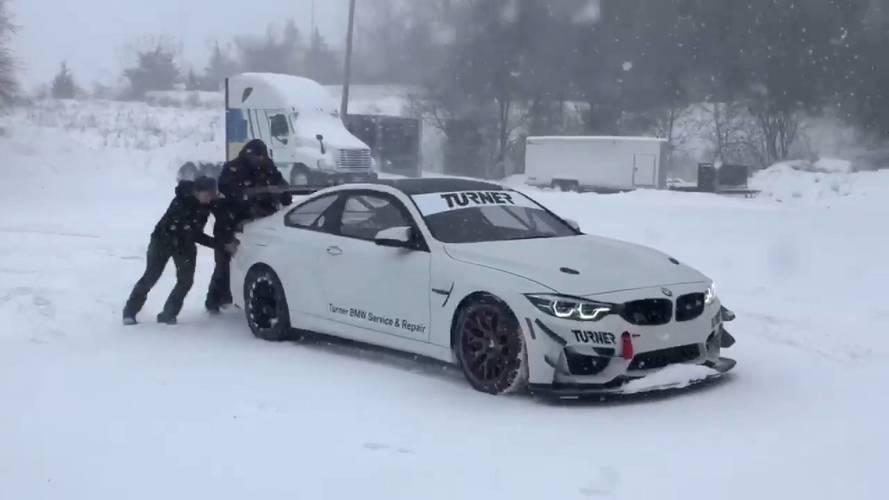 Úgy tűnik, a BMW M4 GT4 havas környezetben is megállja a helyét