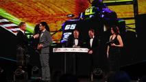 Enaam Ahmed recoge el premio con David Coulthard