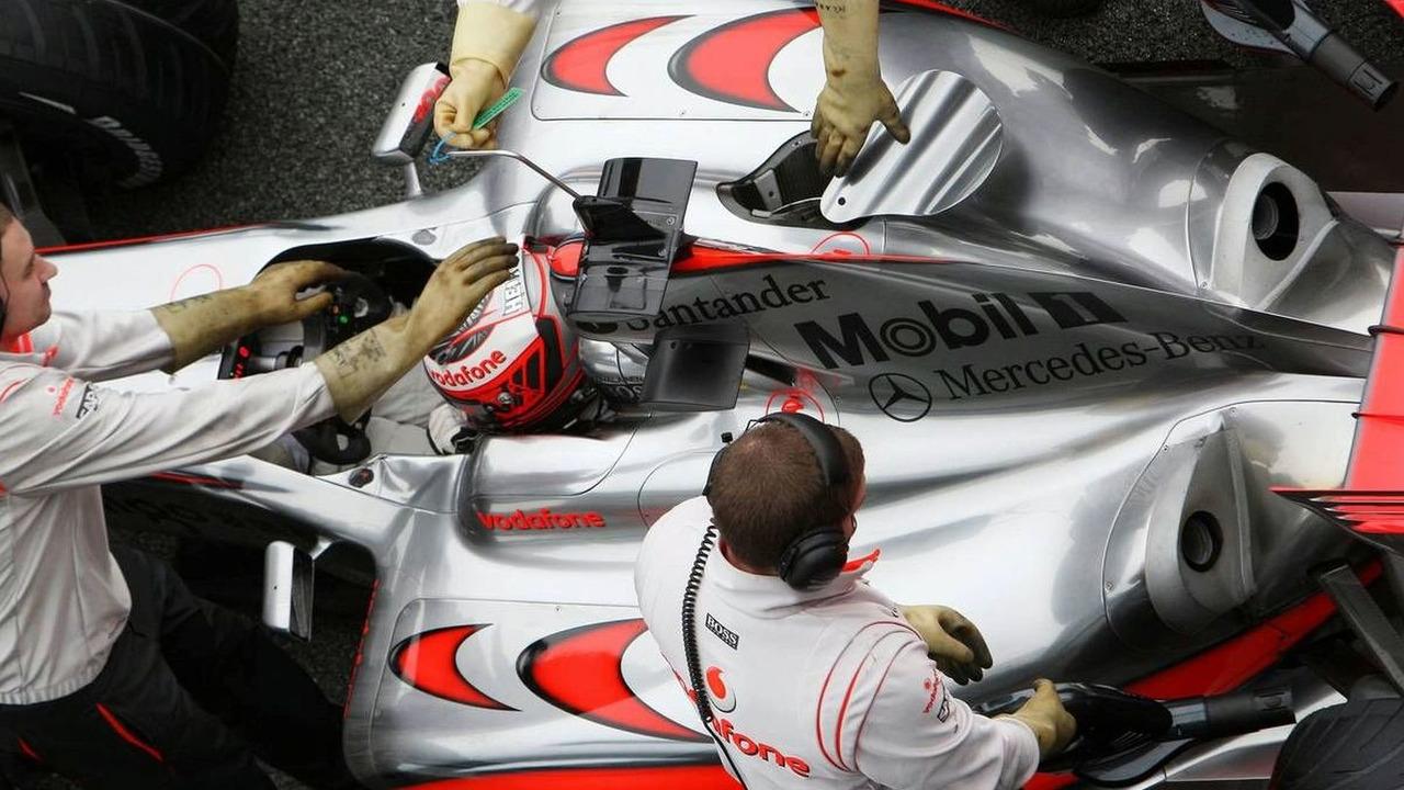 Heikki Kovalainen, McLaren Mercedes, mechanics wear gloves to protect from KERS, Jerez, Spain 10.02.2009