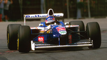 Jacques Villeneuve - Llegó a la F1 con Williams en 1996, y el canadiense se proclamó campeón del mundo en 1997 después de la histórica última batalla contra Michael Schumacher en Jerez. No ganó el GP de Mónaco. En las 24 Horas de Le Mans, que disputó dos años, fue segundo con Peugot en 2008, quedándose con la victoria en Indianápolis como único triunfo del triplete.