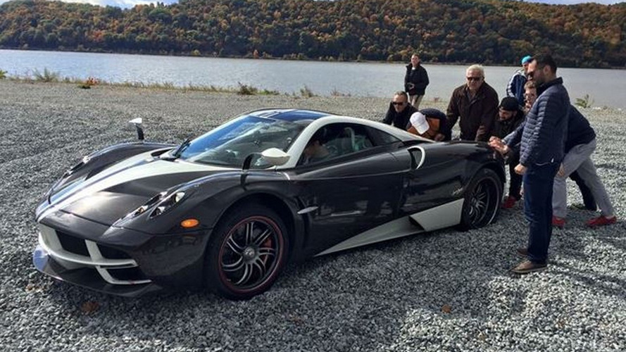 Old Honda CR-V comes to rescue Pagani Huayra stranded on gravel [video]
