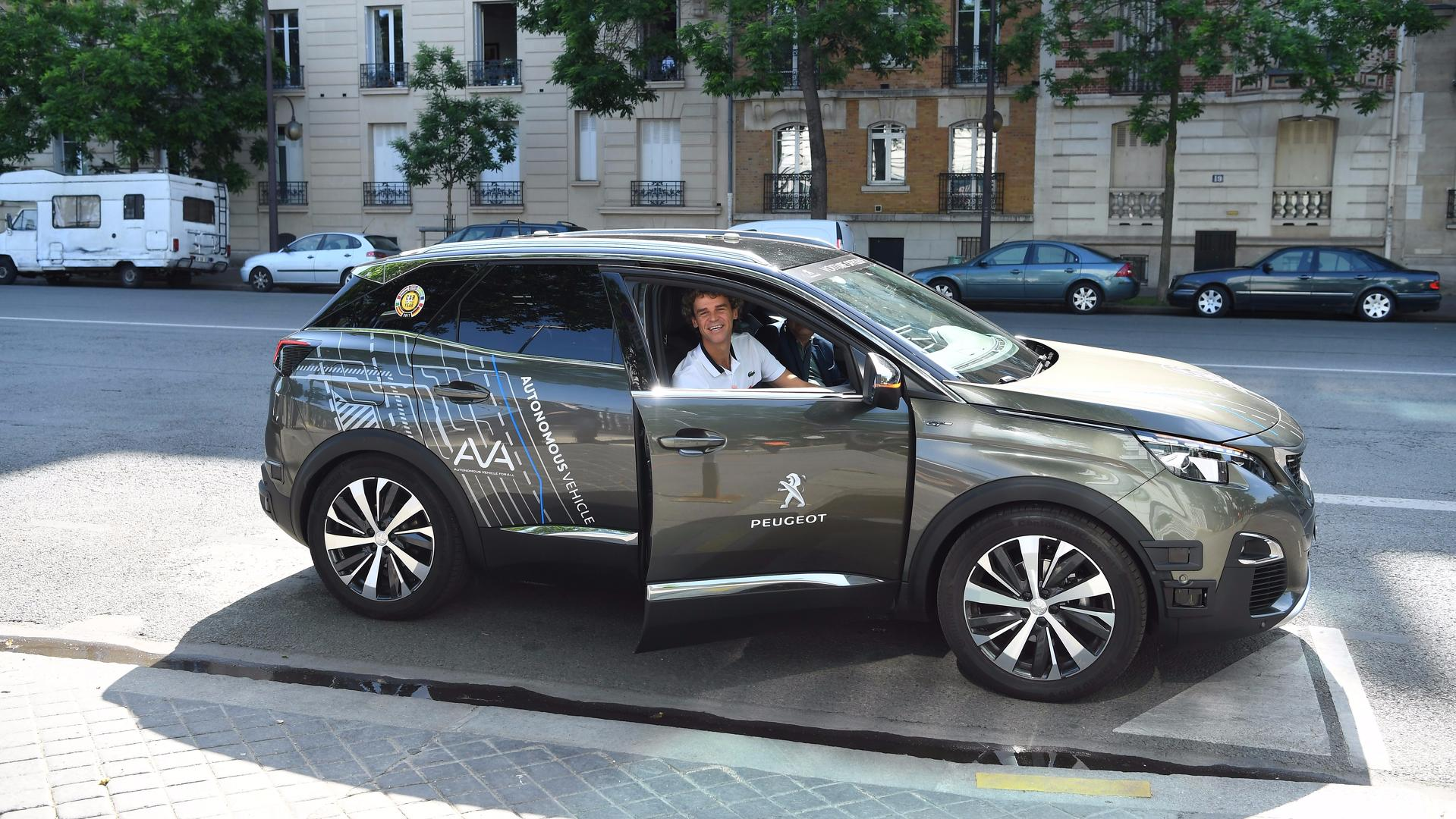 un peugeot 3008 autonome rode aux abords de roland garros. Black Bedroom Furniture Sets. Home Design Ideas